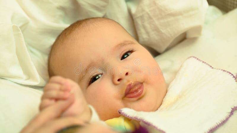 母亲哺养她的与匙子的小孩婴孩纯汁浓汤 库存图片