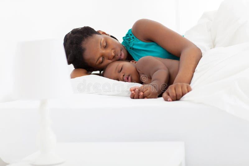 母亲婴孩休眠 免版税库存照片