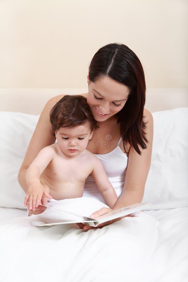 母亲婴孩读取 图库摄影