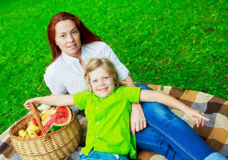 母亲室外儿子 免版税库存图片