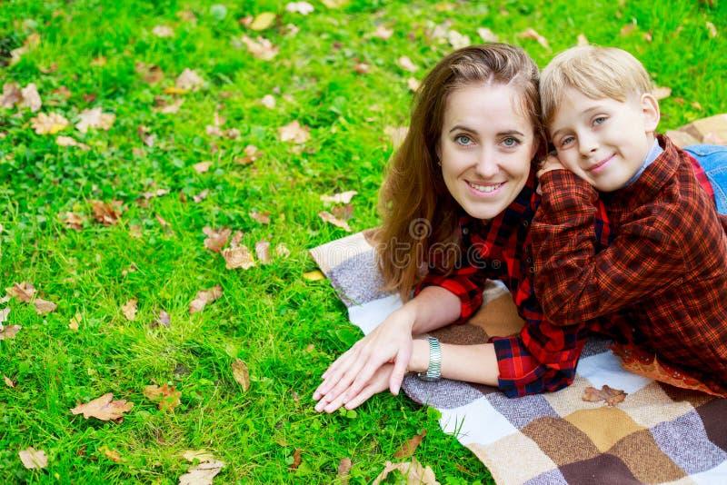 母亲室外儿子 免版税库存照片