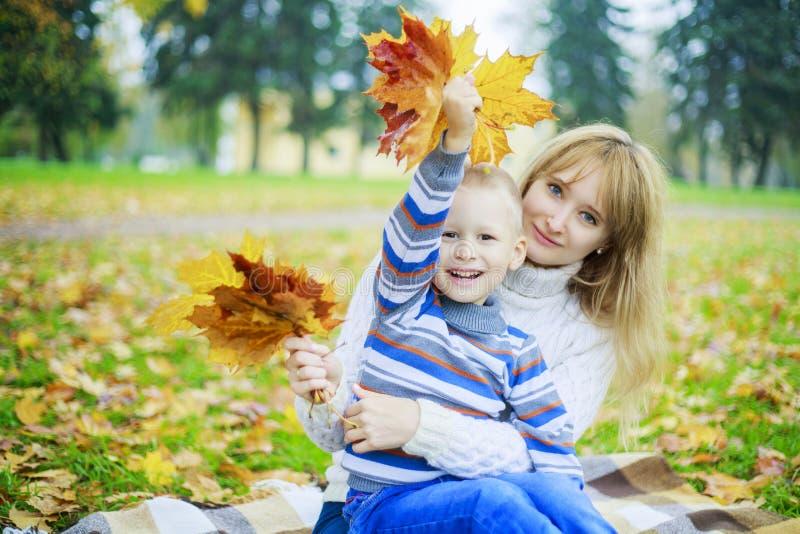母亲室外儿子 免版税图库摄影