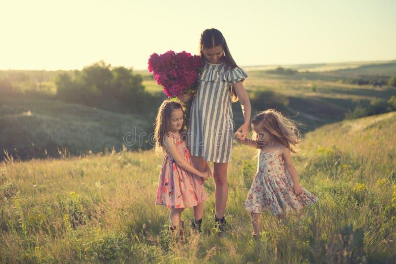 母亲家庭画象有两个女儿的 免版税图库摄影