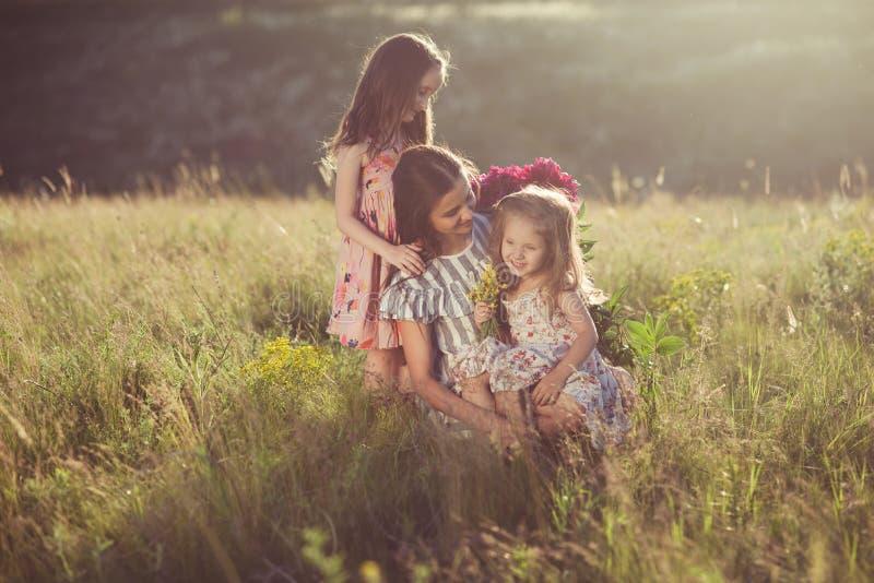 母亲家庭画象有两个女儿的 免版税库存照片