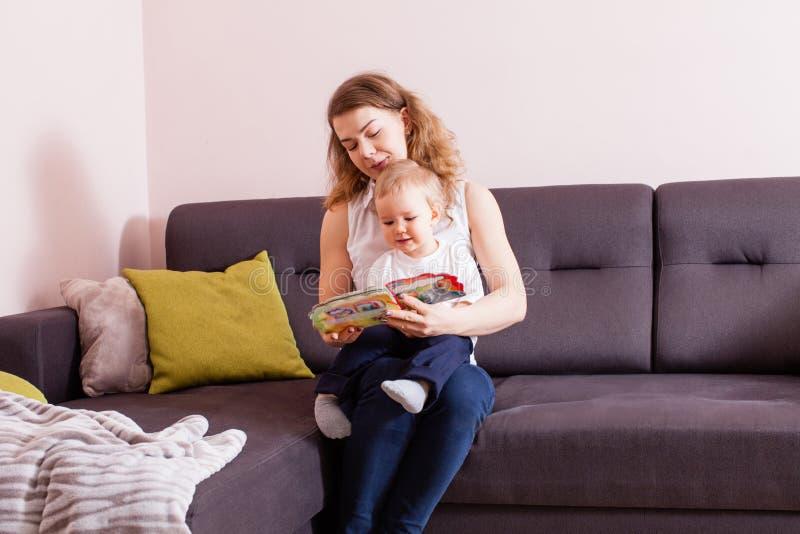 母亲对她的男婴的阅读书 库存照片