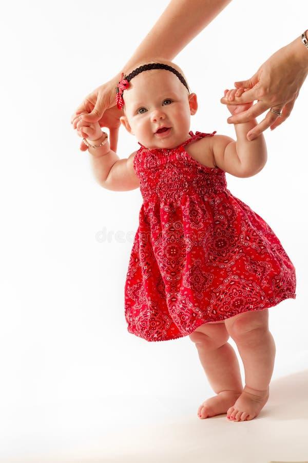 母亲帮助婴孩步行 免版税库存照片