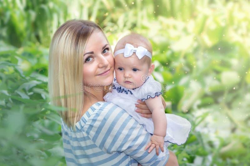 母亲拥抱她的女儿 图库摄影