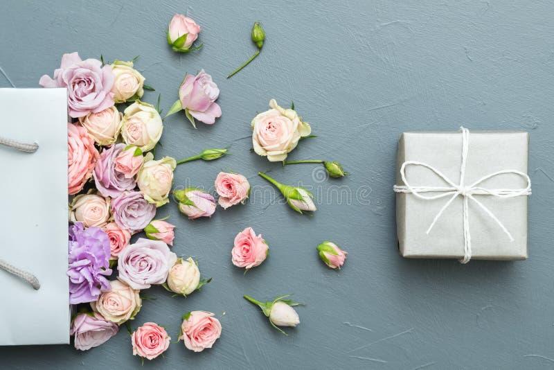 母亲提出花礼物盒灰色背景 免版税库存照片