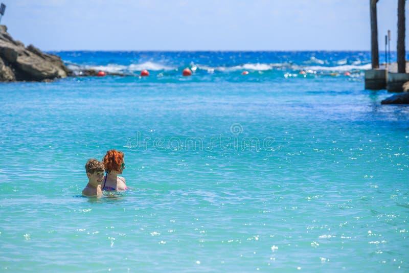 母亲教她的儿子游泳 免版税库存图片