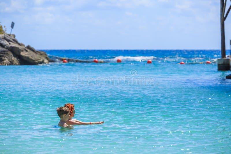 母亲教她的儿子游泳 免版税图库摄影