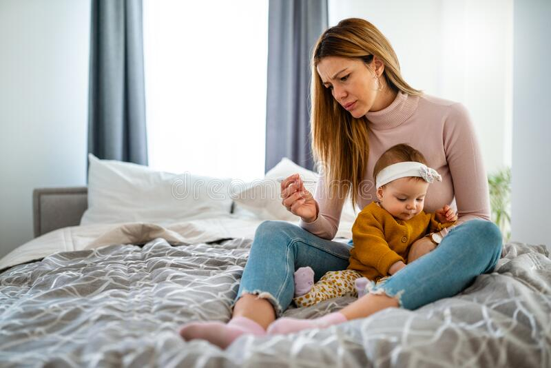 母亲测量生病孩子的体温 高烧病童,母亲拿体温计 库存图片