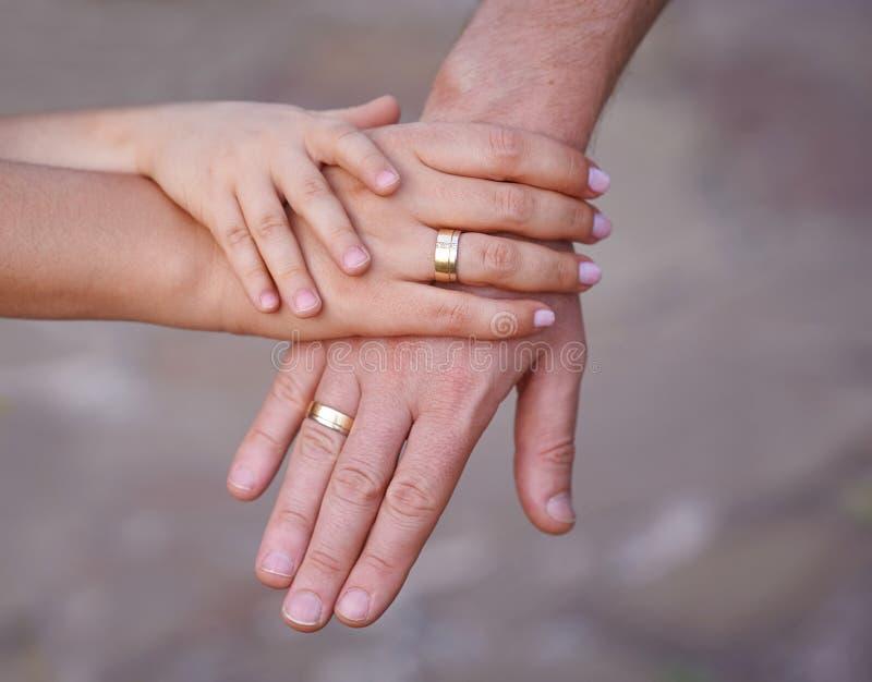 母亲父亲和小婴孩的手 团结、技术支持、保护和幸福的概念 家庭手 免版税图库摄影