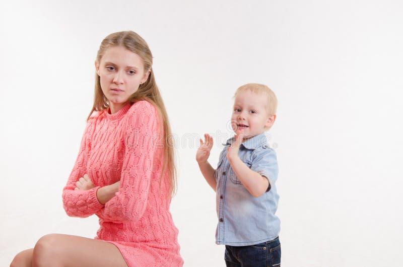 年轻母亲生三岁的男孩的气 免版税库存照片