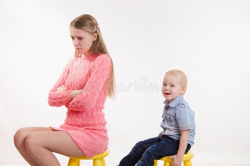 年轻母亲生他的儿子的气 免版税库存照片