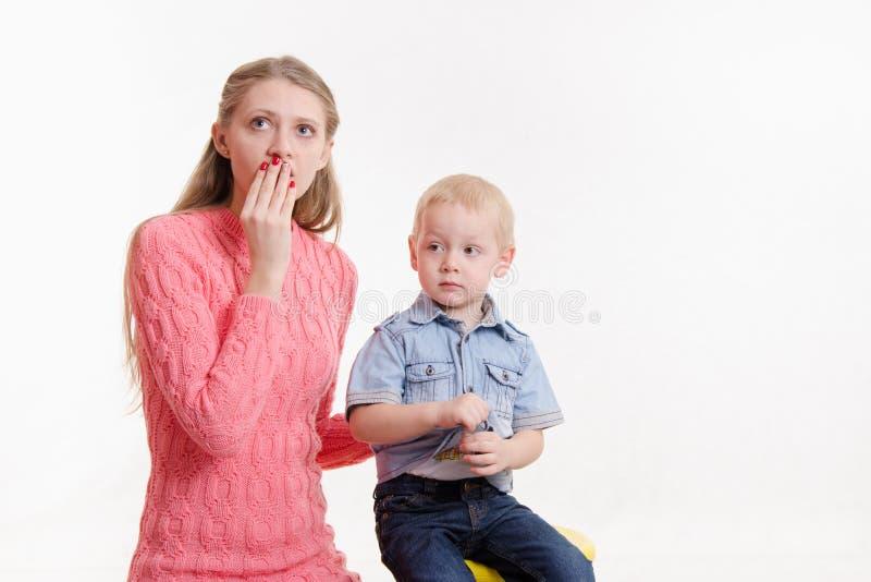 年轻母亲由三个儿子冲击 库存照片