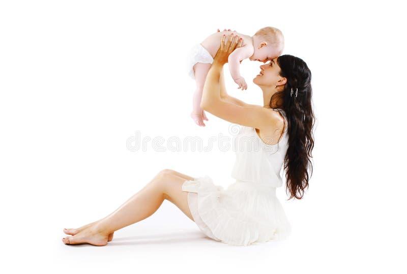母亲的幸福 有获得她逗人喜爱的婴孩的年轻妈妈乐趣 免版税库存图片
