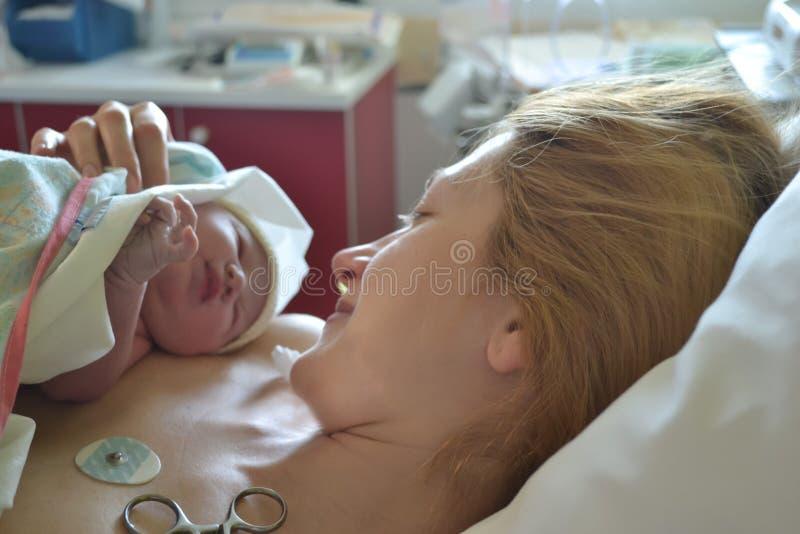 母亲的第一片刻和新出生在分娩以后 图库摄影