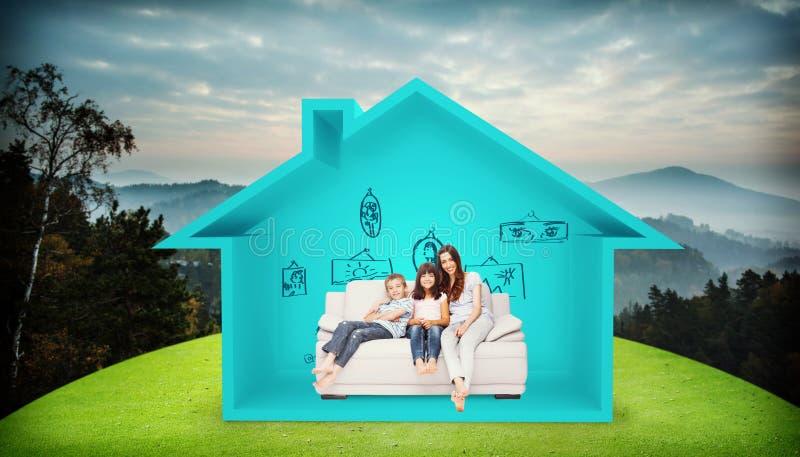 母亲的综合图象有他们的孩子的坐沙发 免版税库存照片