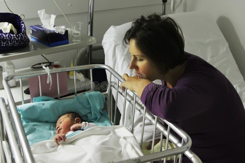 母亲看与在她的出生女儿的柔软 库存图片