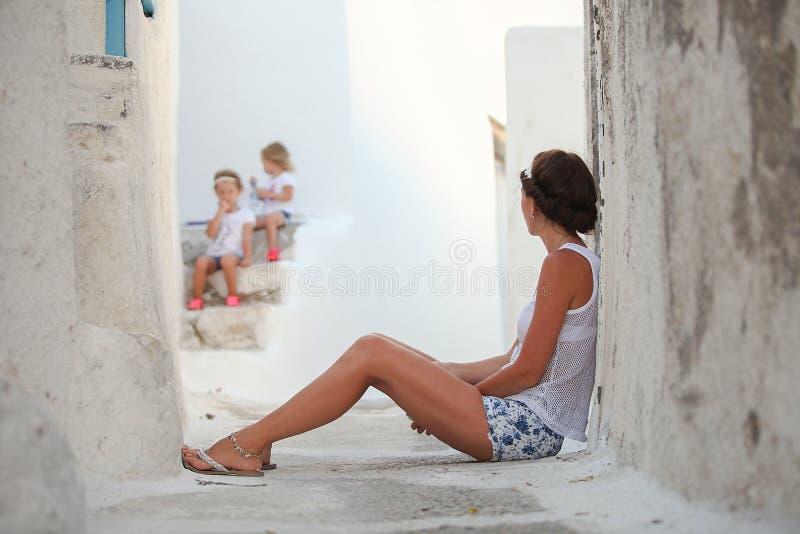 年轻母亲背景她a的亲爱的女儿 免版税库存照片