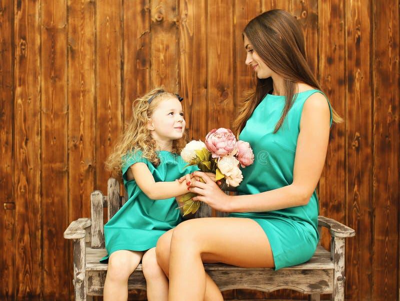 母亲节、假日、圣诞节、生日概念-母亲和女儿 免版税库存照片
