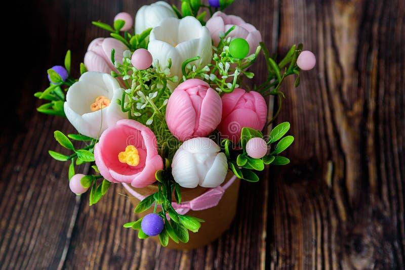 母亲节快乐,妇女的天,生日或者婚姻招呼概念 番红花花束在被弄脏的背景的 浪漫的温泉 免版税图库摄影