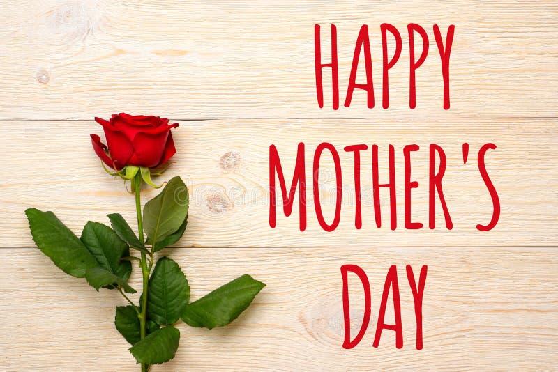 母亲节快乐,文本和红色上升了在白色桌 库存照片
