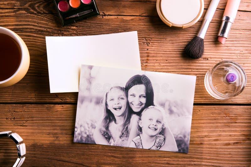 母亲节构成 家庭照片和美容品 库存图片