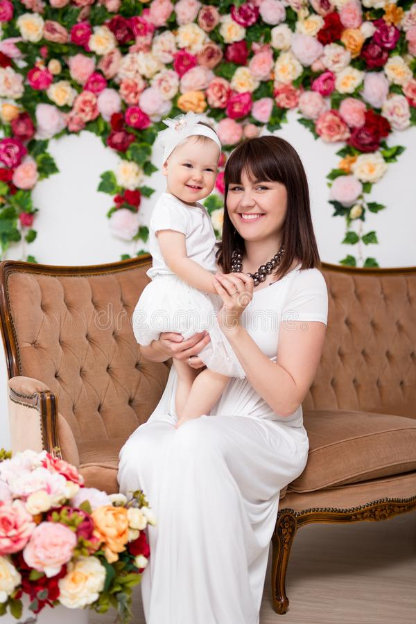 母亲节概念-使用与一点女儿的愉快的美丽的母亲画象  库存图片