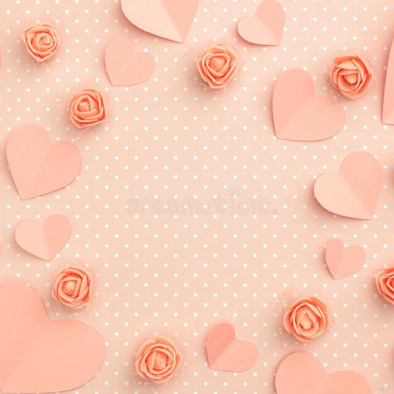 母亲节花卉框架构成 爱与珊瑚或桃红色花的天背景上升了形状心脏平的位置 顶视图 库存图片