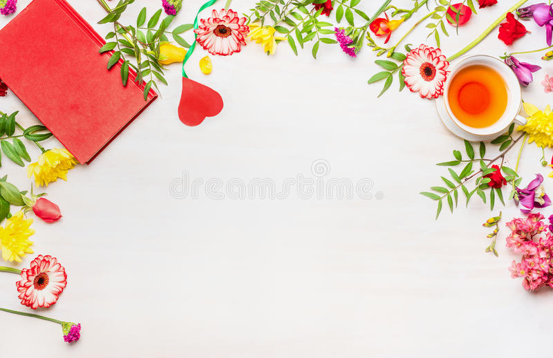 母亲节,各种各样多彩多姿的花,茶杯,笔记薄的概念,排行了框架,文本的地方 免版税库存照片