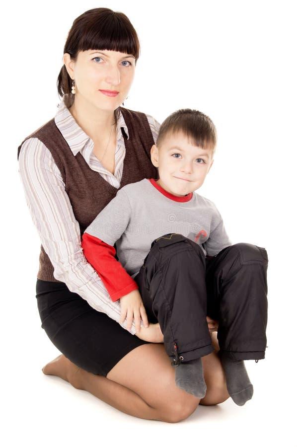 母亲轻轻地抱着他的婴孩 免版税库存图片