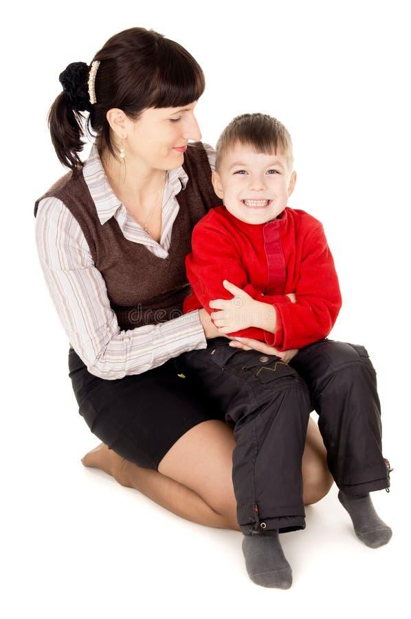 母亲轻轻地拥抱他的婴孩 图库摄影