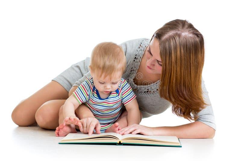 母亲阅读书她的男婴 库存照片