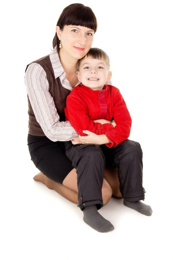 母亲轻轻地抱着他的婴孩 库存照片