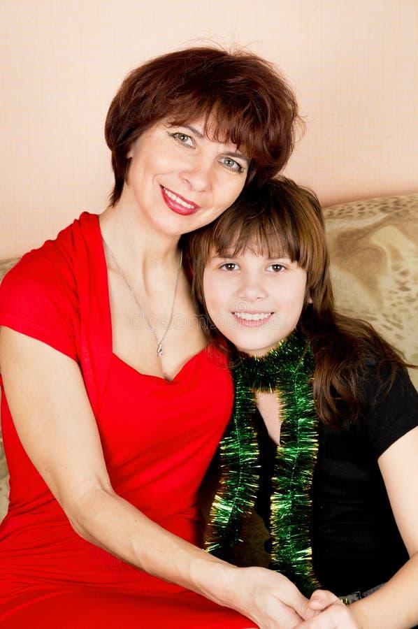 母亲轻轻地拥抱它的女儿 免版税库存图片