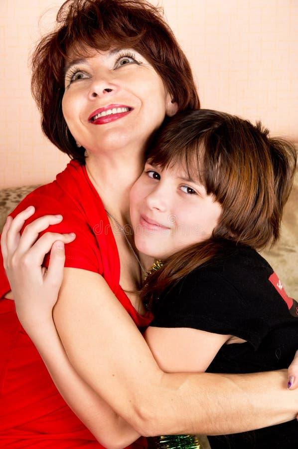 母亲轻轻地拥抱它的女儿 库存照片