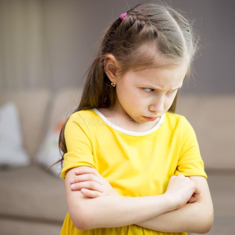 母亲责骂她的女儿 家庭关系 孩子的教育 免版税库存图片