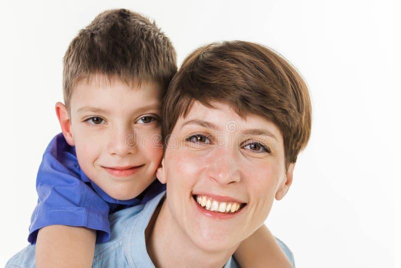 母亲` s天概念:愉快的微笑的母亲和儿子 免版税库存图片