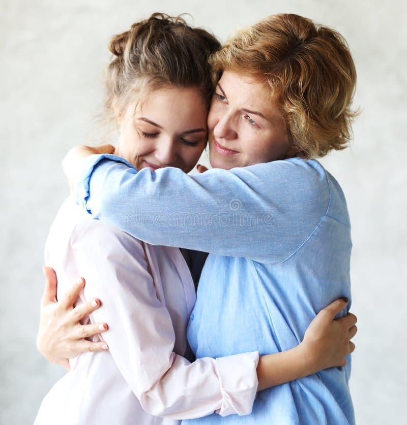 母性产科阴物概念 嫩柔和的可爱的甜妈妈和美丽的女儿 库存照片