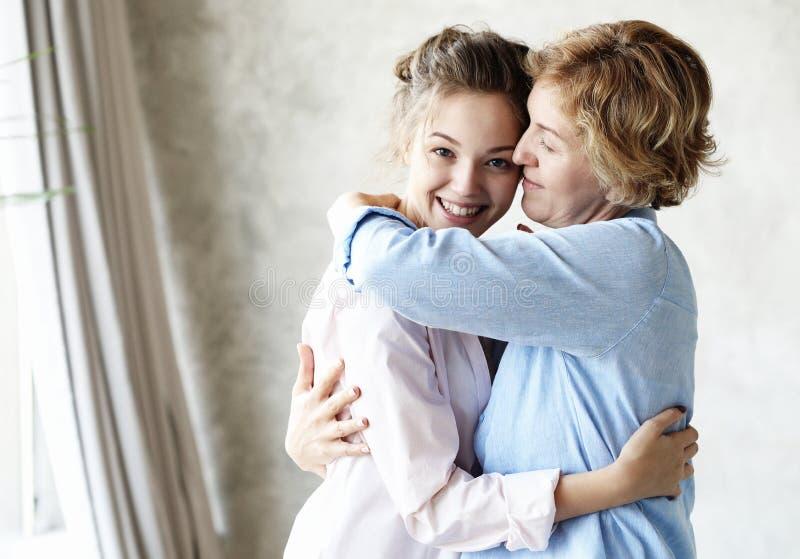 母性产科阴物概念 嫩柔和的可爱的甜妈妈和美丽的女儿 免版税图库摄影