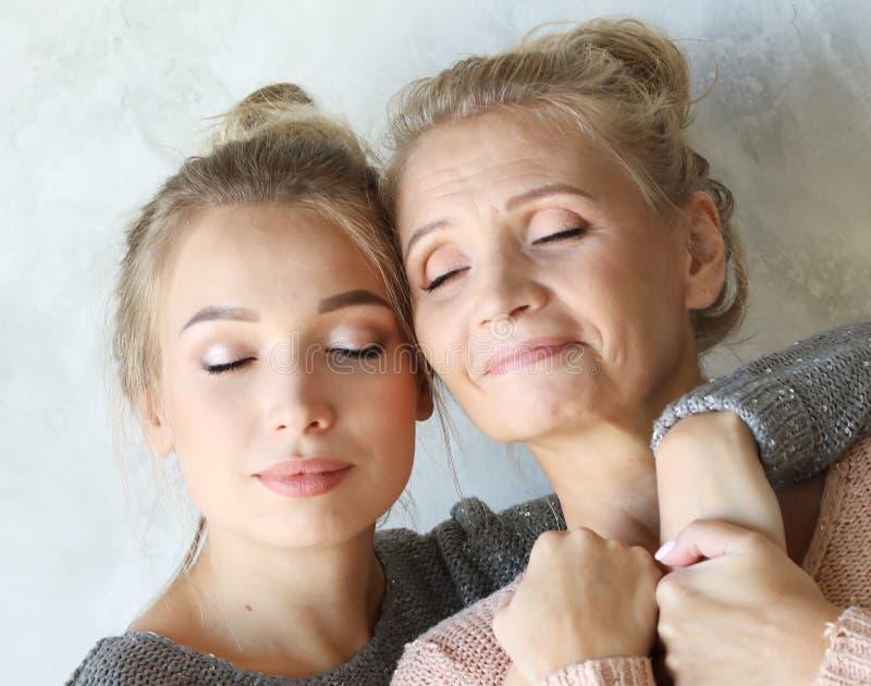 母性产科阴物概念 嫩柔和的可爱的甜妈妈和美丽的女儿 免版税库存图片