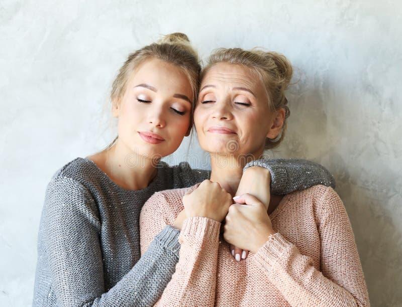 母性产科阴物概念 嫩柔和的可爱的甜妈妈和美丽的女儿 库存图片