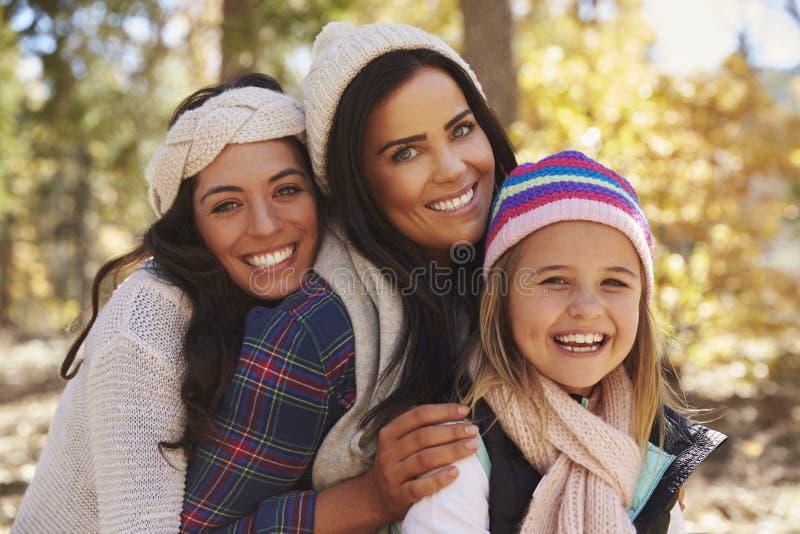 母本和女儿在看对照相机的森林里 库存照片