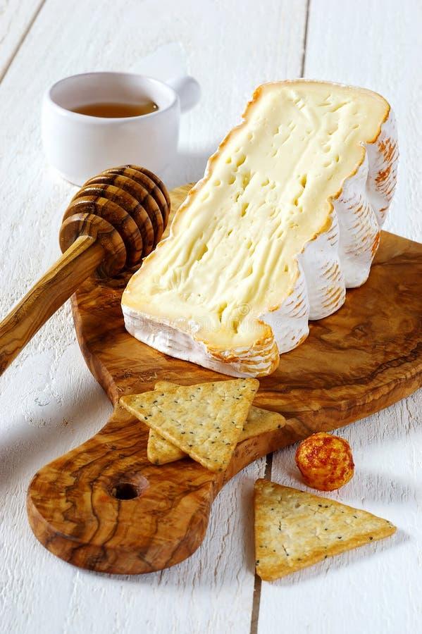 从母牛的法国软的辣乳酪's牛奶和项目从oliv 库存图片