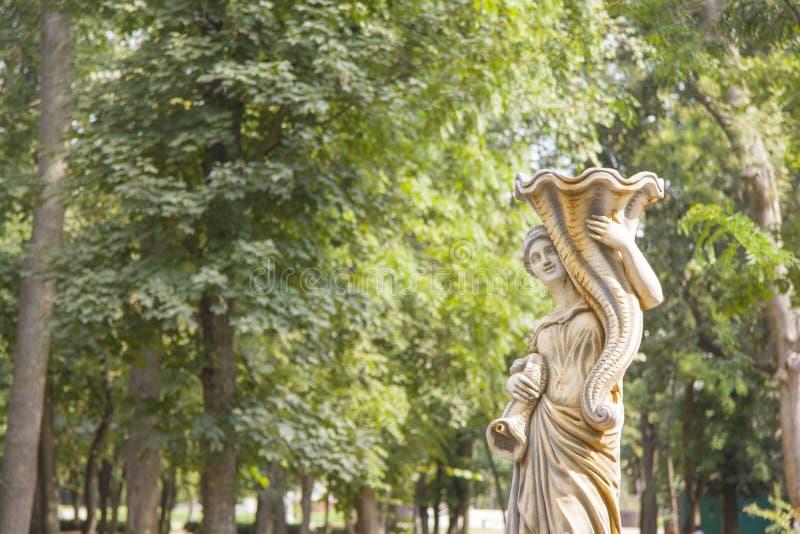 母牛花盆滑稽的庭院雕象 免版税库存照片