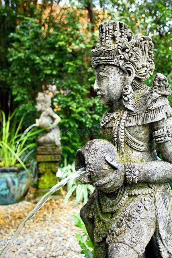 母牛花盆滑稽的庭院雕象 库存图片