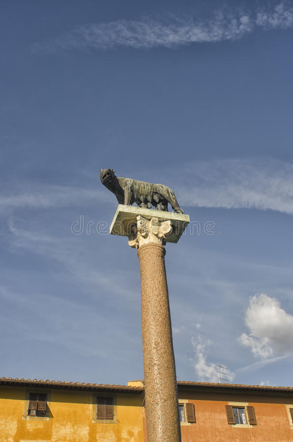 母狼雕塑  免版税库存照片