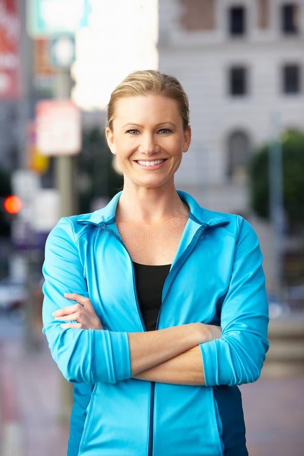 母赛跑者画象在都市街道上的 库存图片