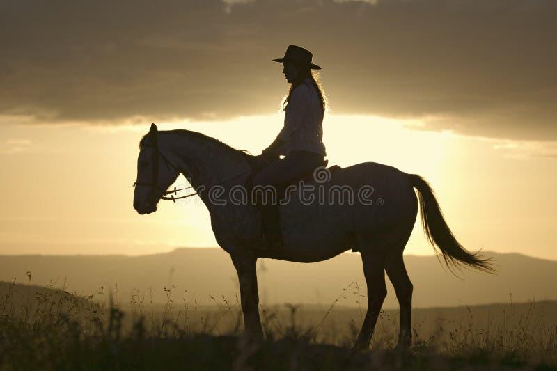 母骑士和马在北部肯尼亚,日落的非洲乘坐俯视在Lewa野生生物管理 免版税图库摄影